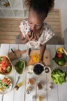 giovane donna africana cucina insalata