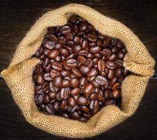 vista dall'alto di chicchi di caffè nel sacchetto di tela da imballaggio foto
