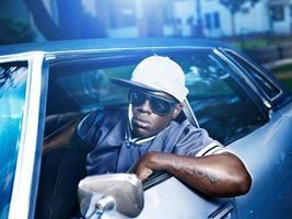 cool uomo africano nella vecchia macchina