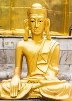 statua dorata del buddha stile shan