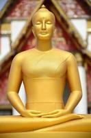 statua del buddha davanti al tempio, thailandia foto
