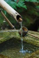 tubo di bambù con mestolo d'acqua foto