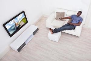 uomo che guarda la televisione