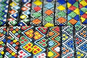 lavori di perline colorate murut in mostra