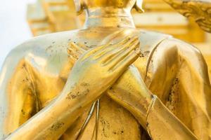 mano d'oro della statua del buddha