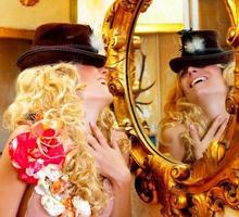 moda donna bionda con cappello in specchio dorato barocco