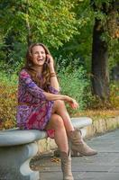 sorridente giovane donna parlando cellulare nel parco cittadino