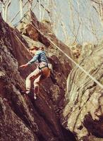 donna scende su una corda di sicurezza