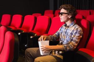 giovane che guarda un film 3d foto