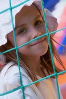 bambina carina in un castello che salta