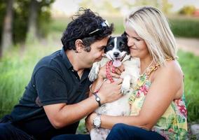giovane coppia con cani