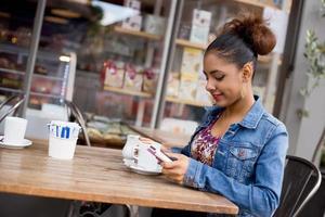 ragazza che mangia un caffè foto