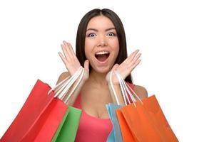 donna allegra asiatica dopo lo shopping con i sacchetti foto