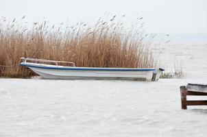 barca a motore sul lago foto