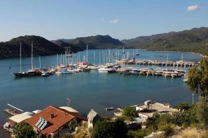 yacht parcheggiati in una splendida baia, vista dall'alto