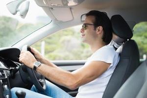 uomo alla guida e sorridente foto