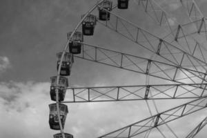 ruota panoramica contro il cielo