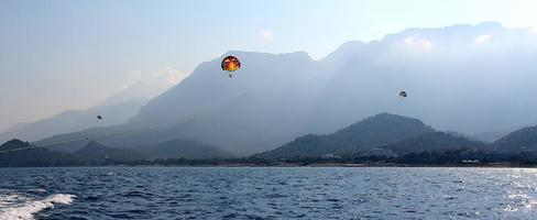 parasailing in un cielo blu