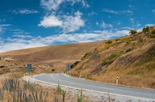 strada curva al cielo blu