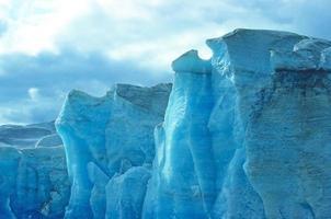 ghiaccio blu contro il cielo foto