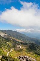 paesaggio di montagna con un bel cielo azzurro foto