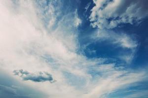 sfondo del cielo blu con nuvole bianche foto