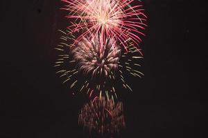 fuochi d'artificio tradizionali giapponesi nel cielo notturno