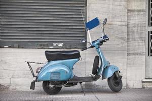colore blu cielo scooter d'epoca sulla strada
