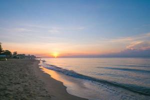 bellissima alba e cielo colorato a rayong, thailandia foto