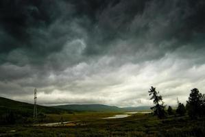 cielo tempestoso nero nelle montagne di pioggia. altai.