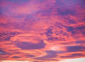 cielo rosso al tramonto foto