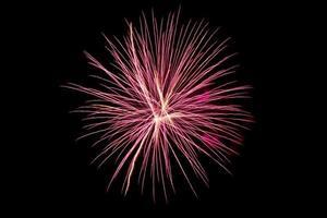 fuochi d'artificio colorati sopra il cielo scuro foto