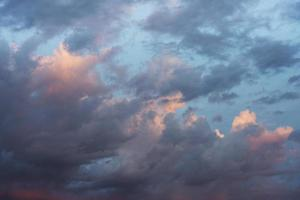cielo drammatico colorato con nuvole foto