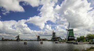 mulini a vento sullo stagno nei Paesi Bassi