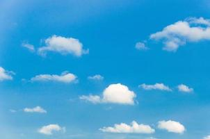 nuvole bianche sul cielo blu