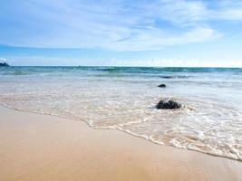 bellissima spiaggia e cielo estivo