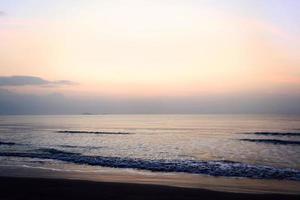 alba sulla spiaggia foto