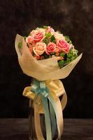 bouquet, fiori primaverili colorati in tonalità crema e cielo