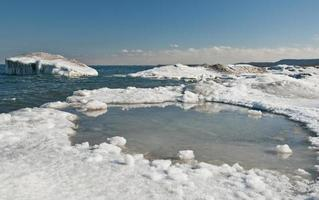 lago ontario mentre il ghiaccio della riva si rompe