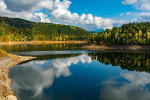 vista autunnale del lago pilchowickie, polonia