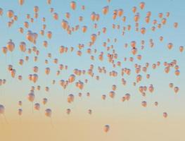 tanti palloncini dorati che volano verso il cielo foto