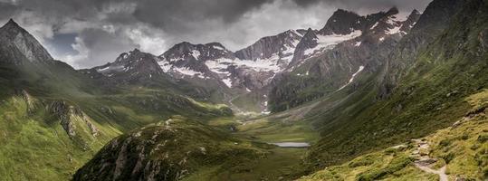 drammatico panorama di una gamma di montagne nelle Alpi europee foto