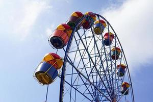 ruota panoramica colorata con nuvoloso cielo blu sullo sfondo