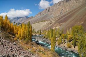 bellissimo fiume phandar nel nord del pakistan foto