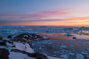 la luce del sole di mezzanotte a ilulissat, groenlandia foto