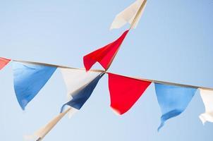 bandiere nei colori della bandiera russa sullo sfondo del cielo
