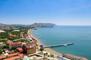 la vista dall'alto sulla città sudak, cielo e mare.