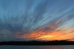foto di un bel tramonto sul mare