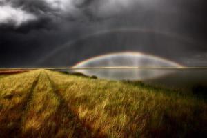 nuvole temporalesche e arcobaleno sulle paludi del lago chaplin