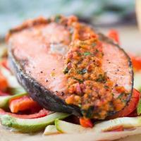 bistecca di pesce rosso salmone su verdure, zucchine e paprika con